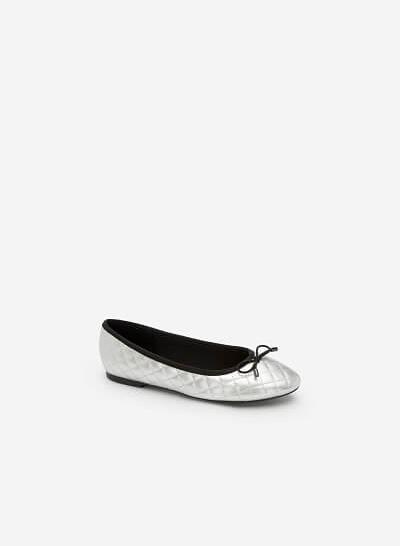 Xem sản phẩm Giày Búp Bê Nhấn Chỉ Nổi Hình Học Ánh Metallic - GBB 0410 - Màu Bạc