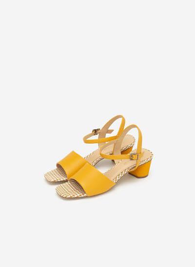 Giày Sandal Quai Ngang Lót Họa Tiết Caro - SDN 0650 - Màu Vàng
